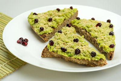 Bruschete cu avocado si gomasio – vegan