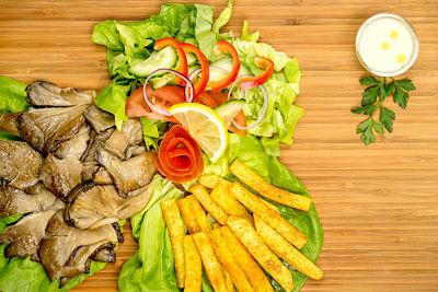 Grill pleurotus cu cartofi din telina si salata – vegan