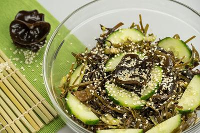 Salata asiatica cu urechi de lemn – raw