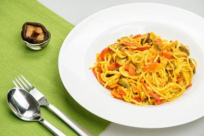 Spaghetti din orez cu shiitake-picant – vegan