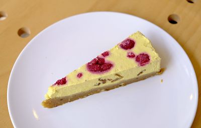 Cheesecake cu zmeură – raw / fără gluten / 110 g (caju, zmeură, lapte de soia, unt de cacao, fulgi de cocos, miere nefiltrată)