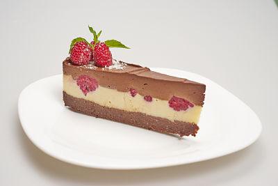 [:en]Chocolate, Vanilla and Raspberry Cake – raw [:ro]Tort ciocolată, vanilie şi zmeură – raw[:] 1