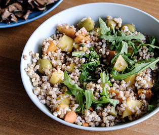 Salată cu hrişcă, mango şi rucola + sos balsamic raw