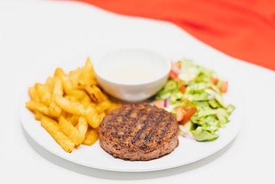 Beyond Meat (proteină de mazăre) cu cartofi din ţelină şi salată – sos caju si mustar – vegan